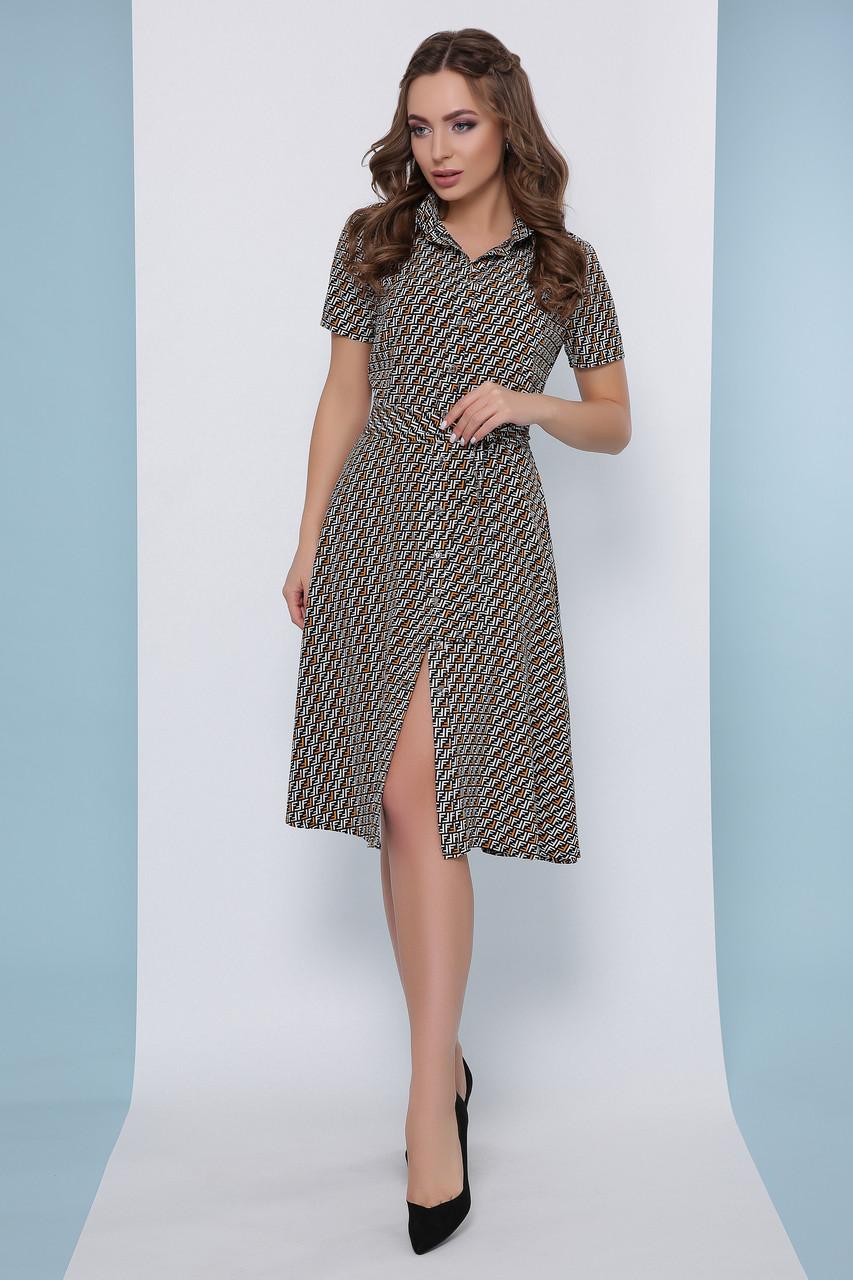 Легкое приталенное платье-рубашка с пояском и короткими рукавами в мелкий принт горчичное