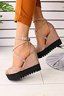Замшевые женские босоножки модные стильные качественные на высокой танкетке с открытым носком (бежевые), фото 1