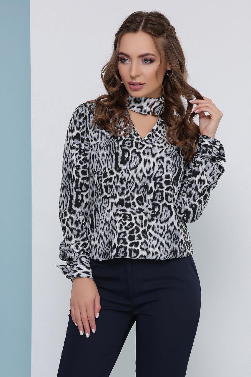 Трендовая легкая блузка в леопардовый принт с воротником-чокером серая