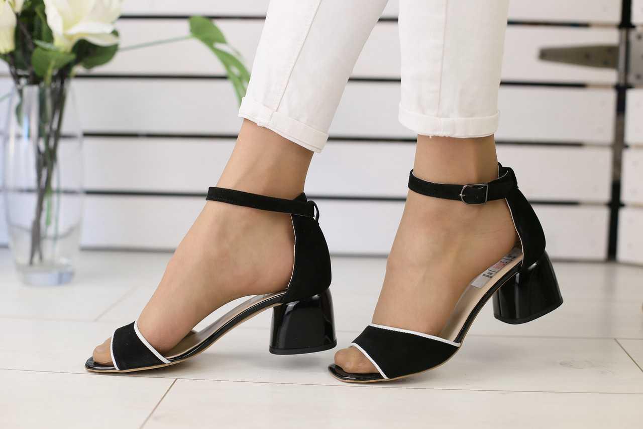 Замшевые женские босоножки на устойчивом удобном каблуке (черные)