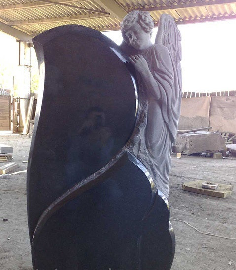 Ексклюзивний пам'ятник із ангелом на могилу. Об'ємна різьба по каменю.