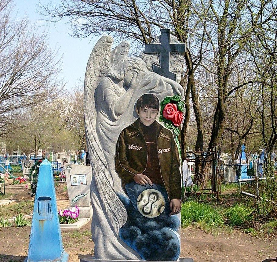 Ексклюзивний пам'ятник на могилу з ангелом із граніту кольорове фото. Об'ємна різьба по каменю.