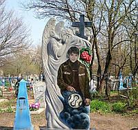 Памятник на могилу с ангелом из гранита цветное фото.  Объемная резьба по камню.