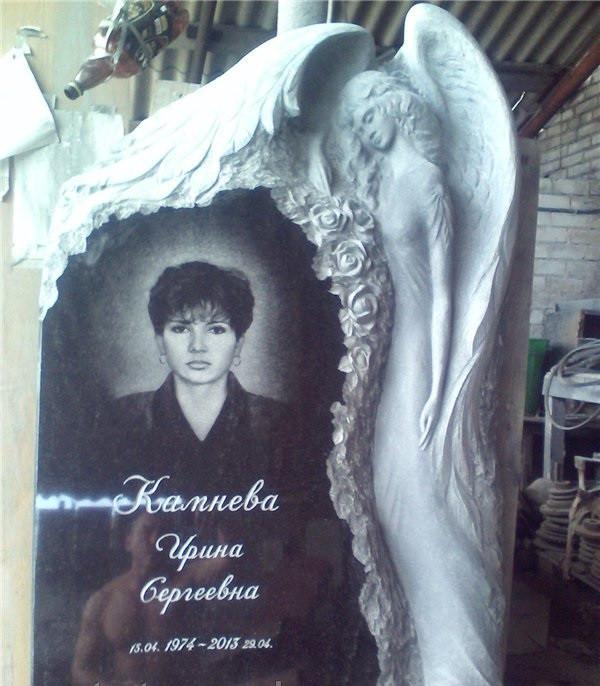 Пам'ятник на могилу з ангелом та трояндами із граніту. Об'ємна різьба по каменю.