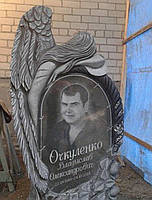 Ексклюзивний пам'ятник з ангелом на кладовище.