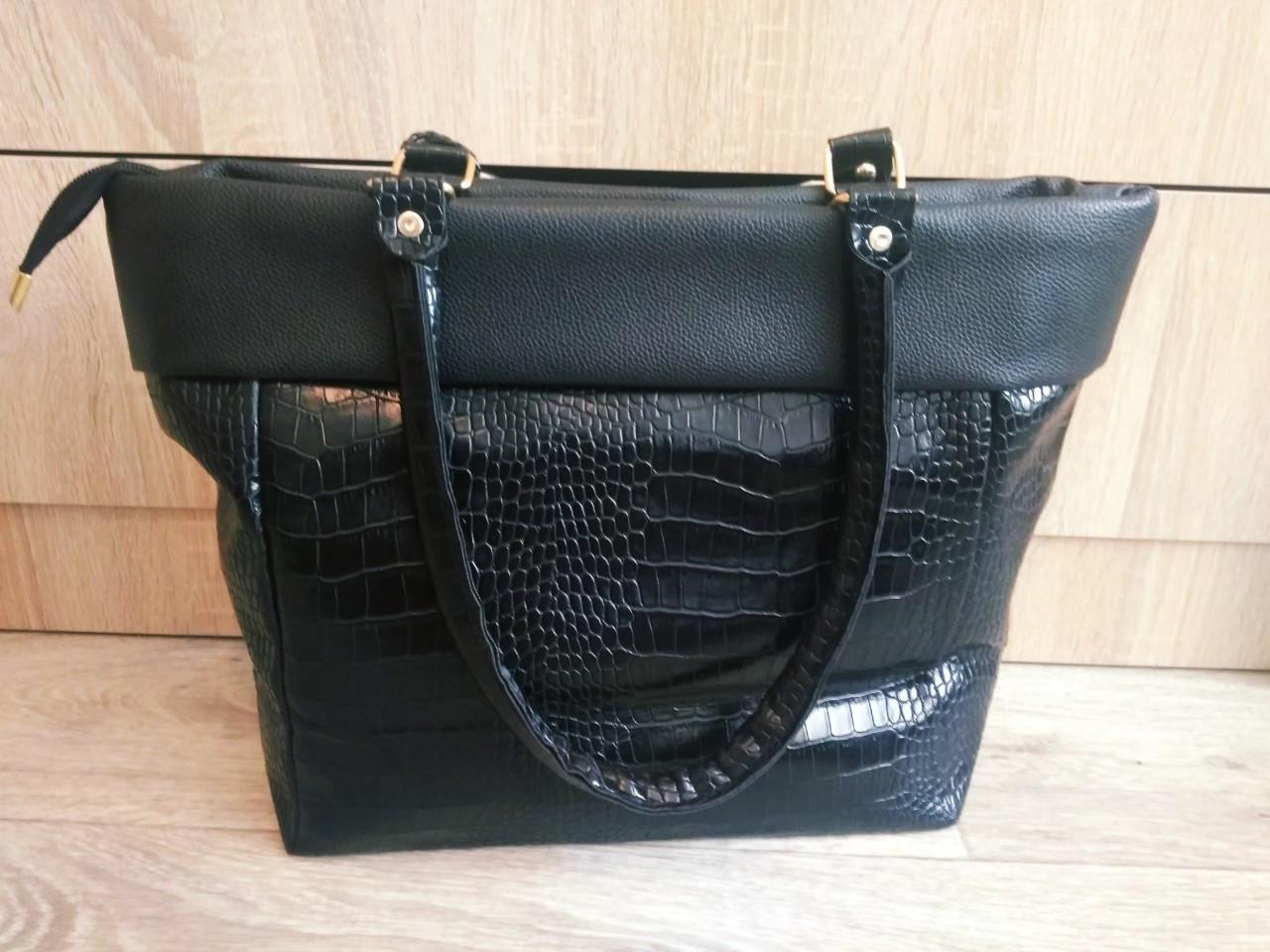 Стильная лакированная женская сумка черная
