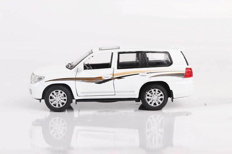 Коллекционная машинка Toyota Land Cruiser 200 Белая