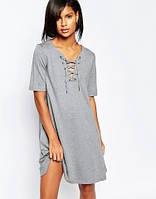 Женское платье светло-серое свободного кроя со шнуровкой