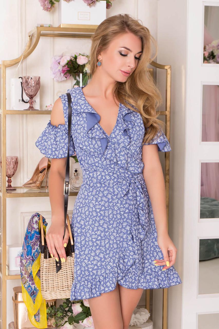 Летнее короткое платье с запахом и открытыми плечами