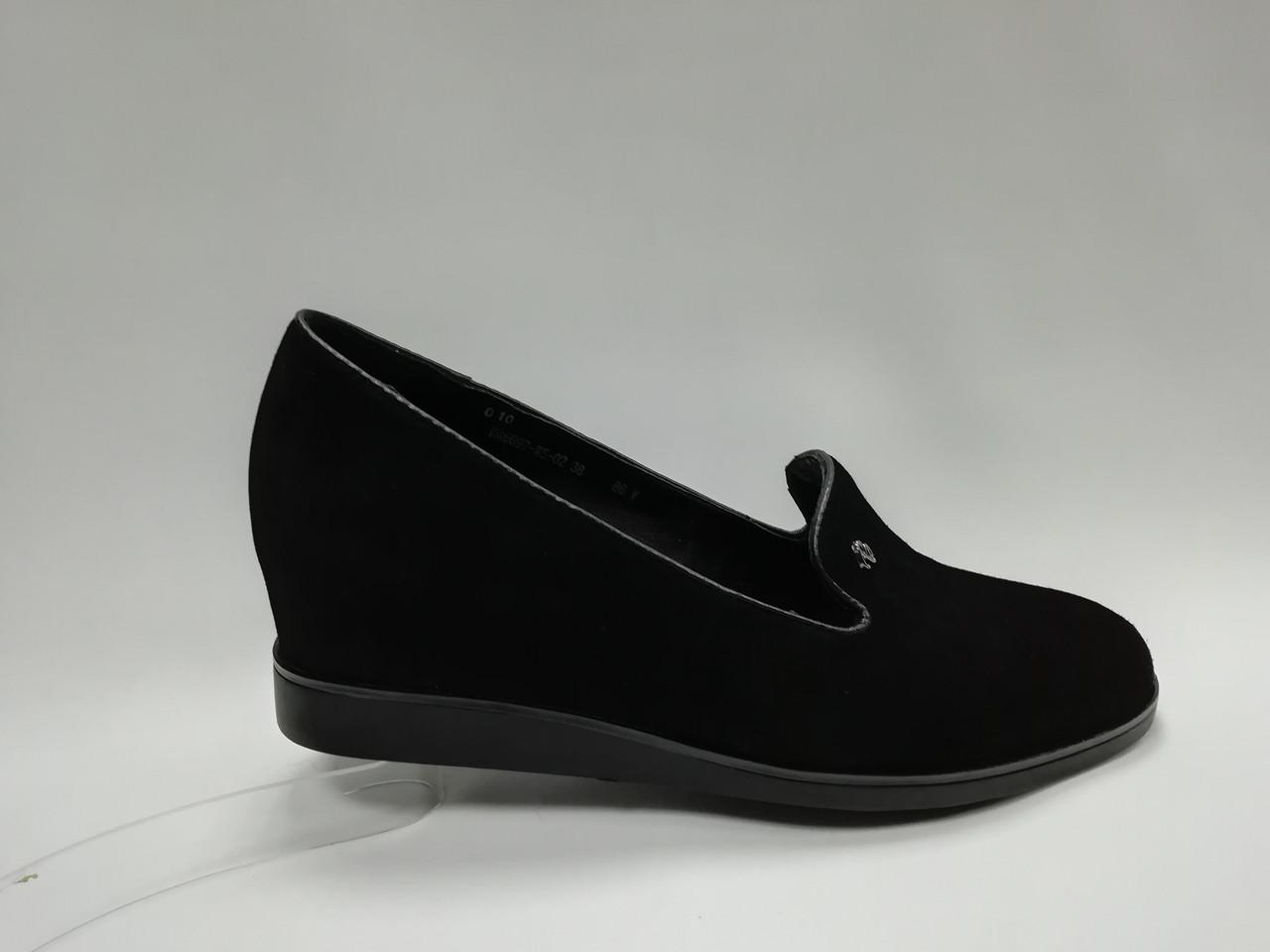 Черные замшевые туфли на танкетке.