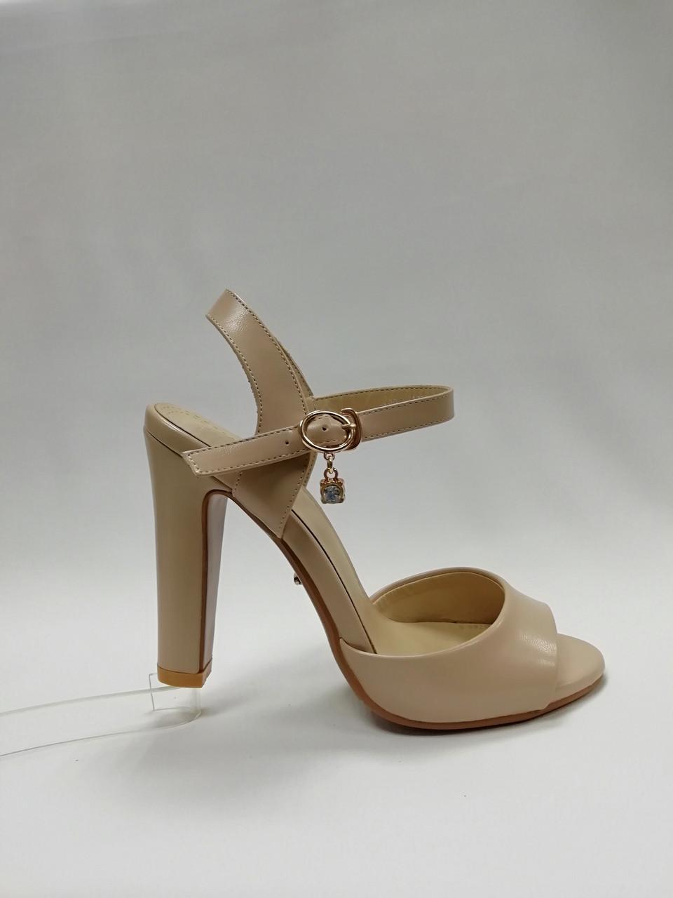 Открытые босоножки на устойчивом каблуке. Маленькие (33 - 37) размеры.