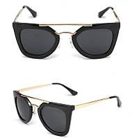 Женские солнцезащитные очки в массивной оправе черного цвета, золотистые душки