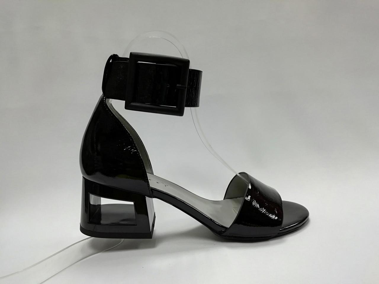 Кожаные босоножки  на каблуке.