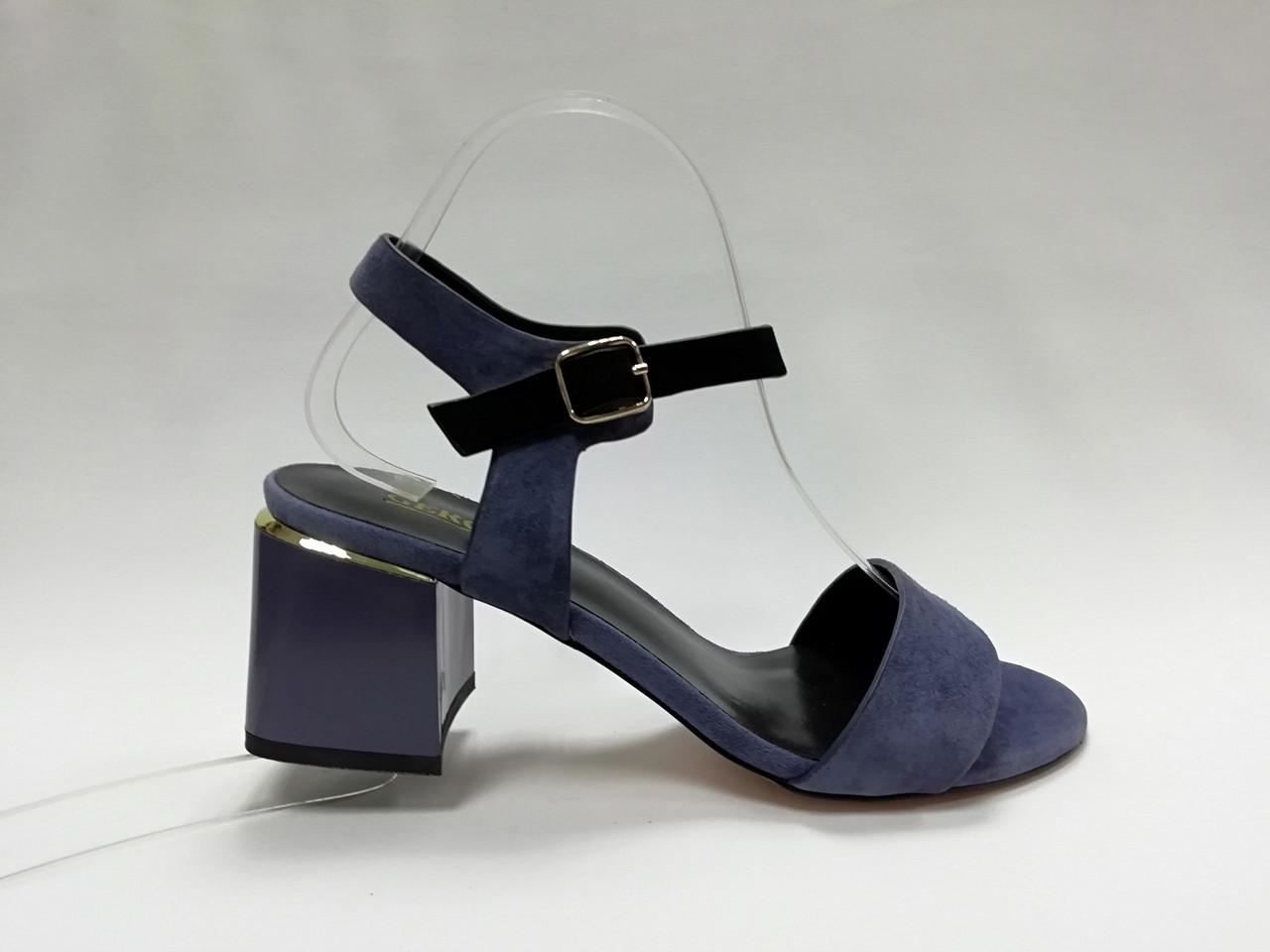 Замшевые босоножки  на каблуке.