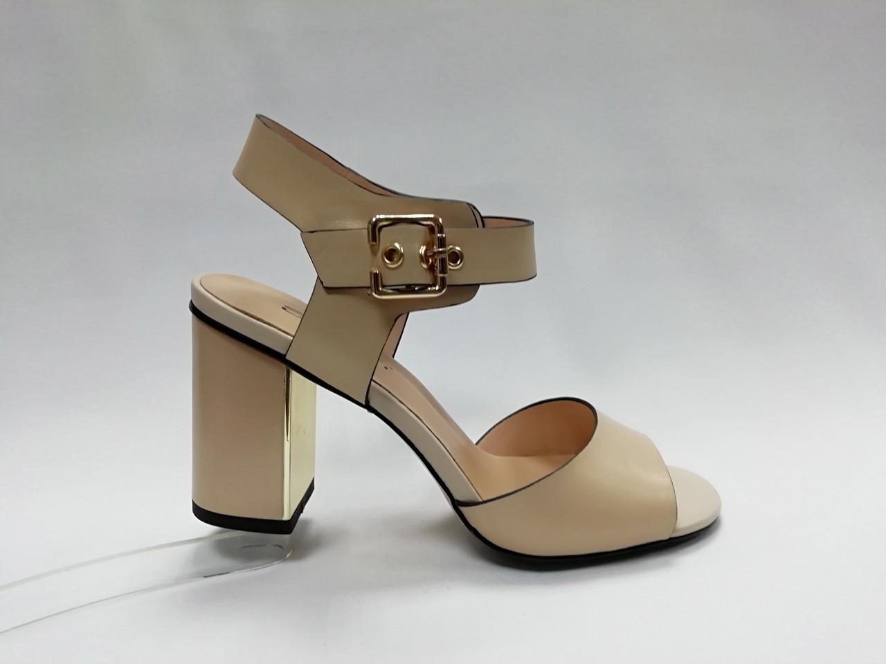 Светлые кожаные босоножки  на каблуке.