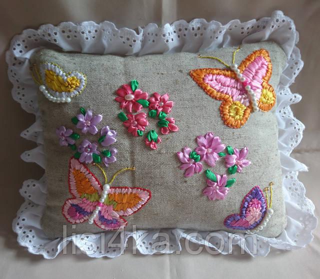 Интерьерная подушка с вышивкой лентами с цветами и бабочками