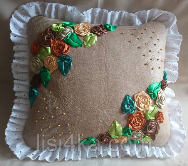 Интерьерная подушка с вышивкой лентами с кофейно-шоколадными цветами