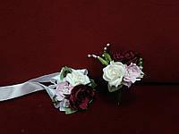 Свадебные бутоньерки (бутоньерка и цветочный браслет) бордовые с розовым и молочным