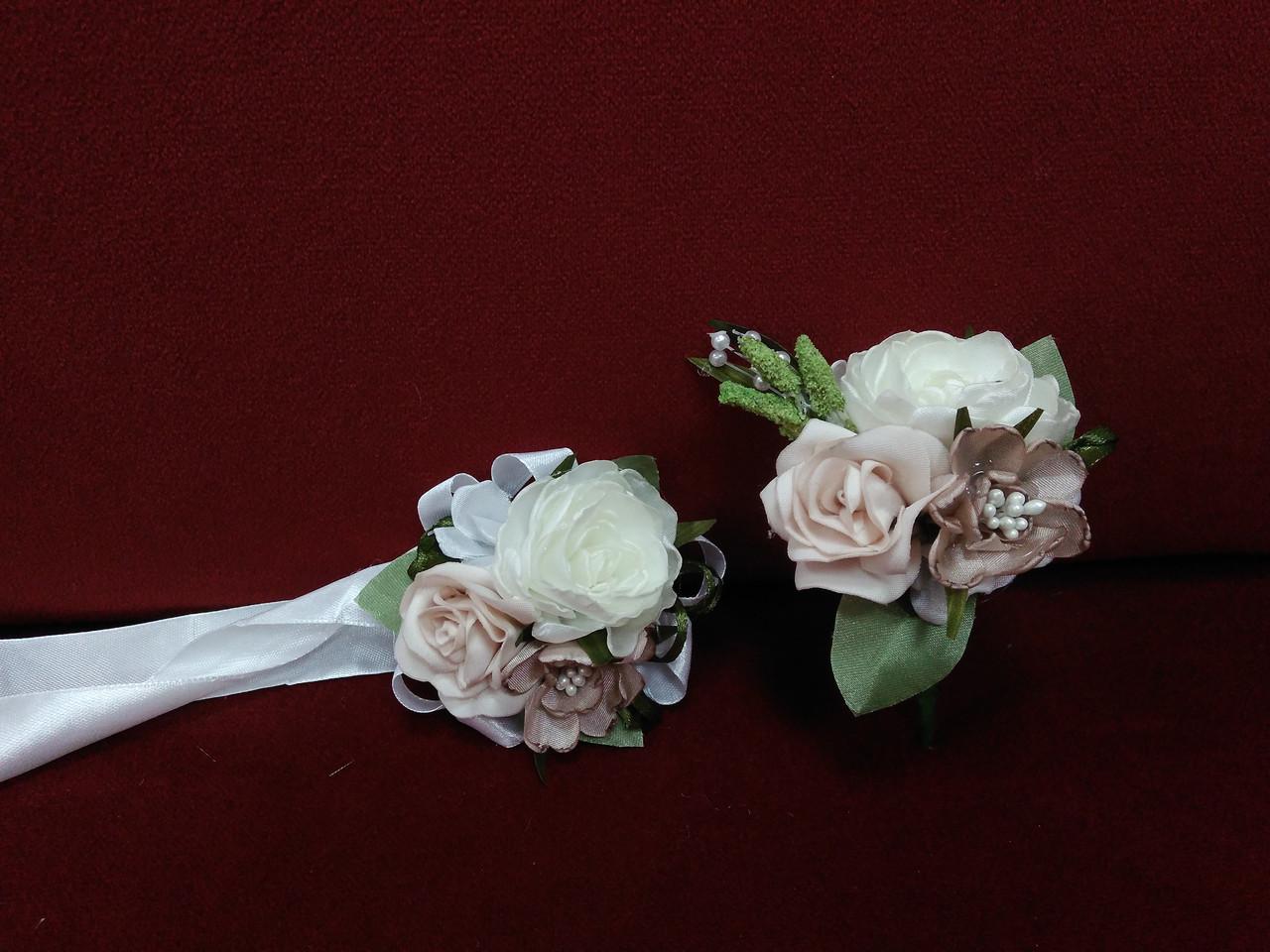 Весільні бутоньєрки (бутоньєрка і квітковий браслет) молочні з пудровим
