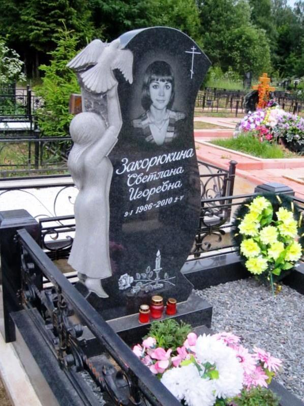 Ексклюзивний пам'ятник з дівчинкою та голубом на кладовище із граніту.