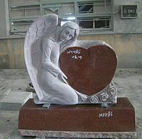 Элитный памятник с ангелом на кладбище из красного гранита.