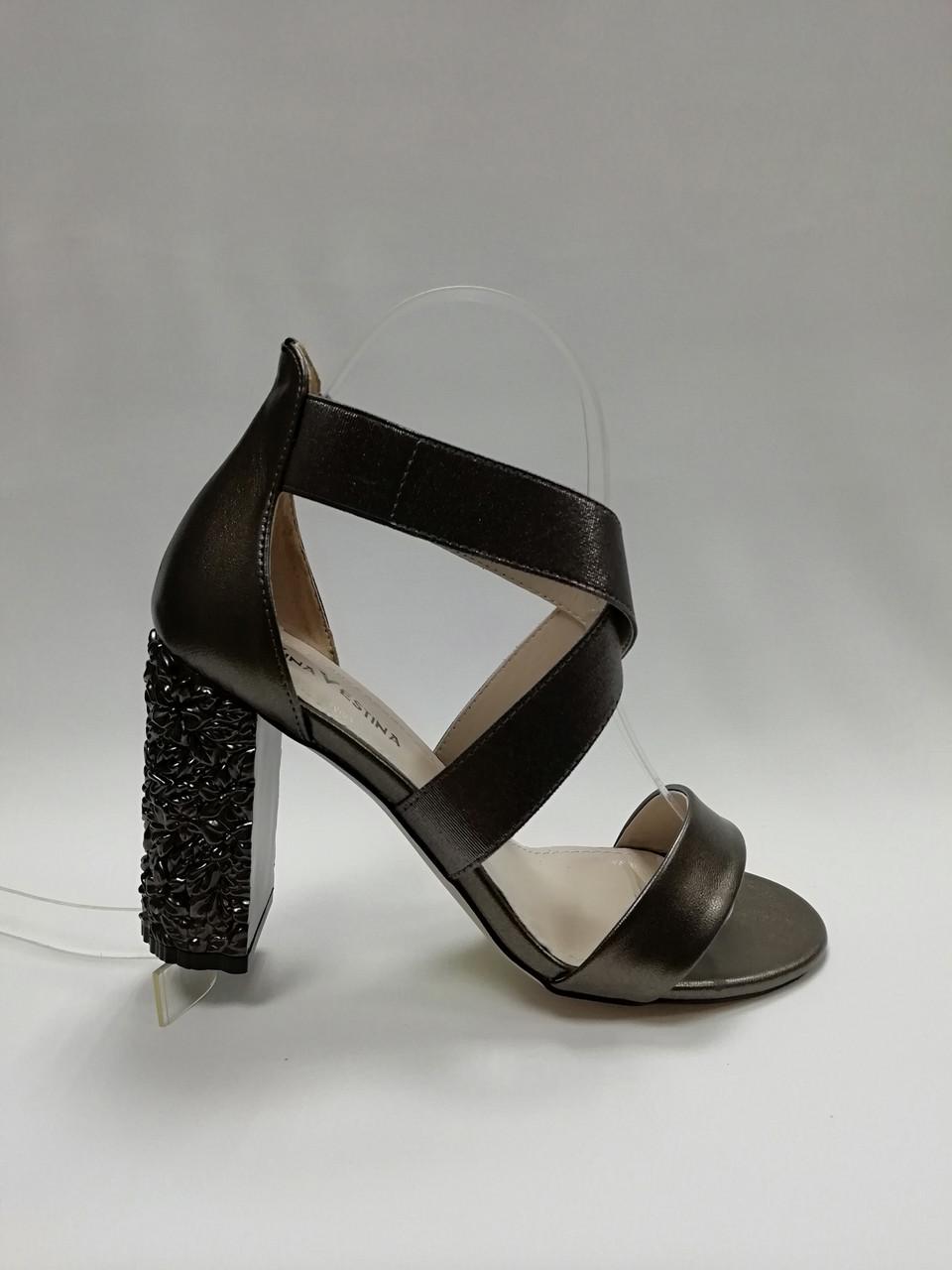 Босоножки с закрытой пяткой на устойчивом каблуке.