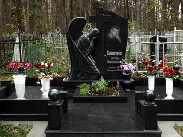 Елітний пам'ятник комплект чорний янгол на кладовище із граніту.