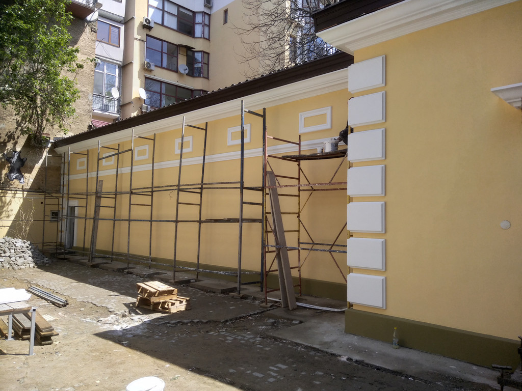 Монтаж фасадного декора на здании Музея современного искусства, г. Одесса, ул. Леонтовича
