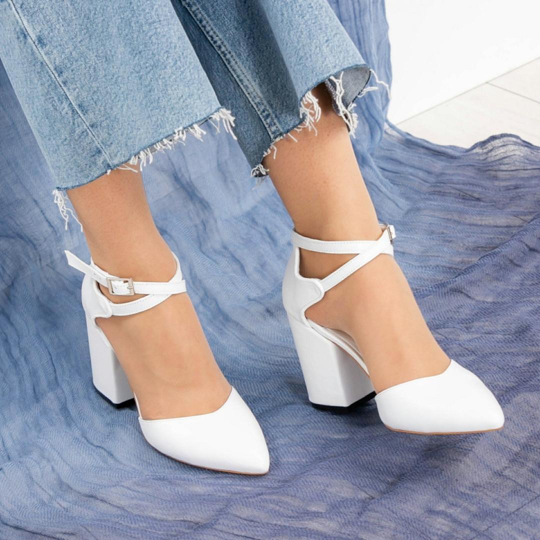 Туфли женские  с перекрестными ремешками белые