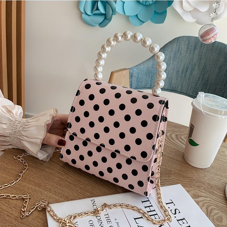 Маленькая женская сумка в горошек с ручкой из жемчуга розовая