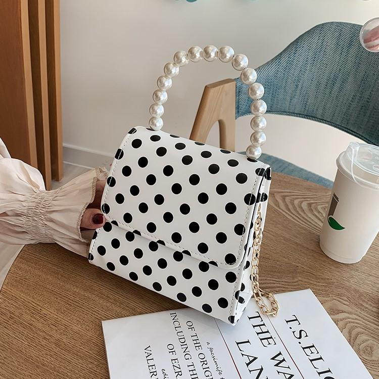 Маленькая женская сумка в горошек с ручкой из жемчуга белая