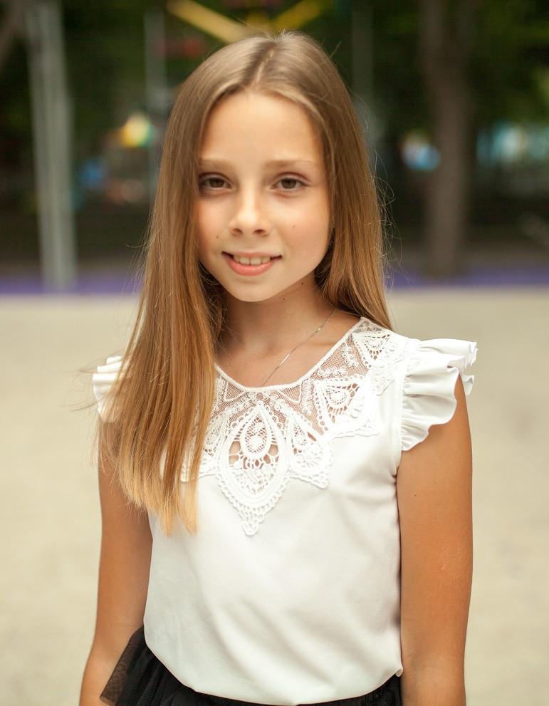 Блузка очень красивая  с кружевной аппликацией на груди  мод. 9005