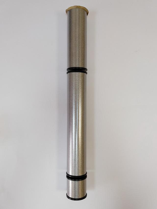 Опоры цвета металлик идеально сочетаются с темно-серым графитовым стеклом. Такое цветовое сочетание идеально впишется в любую колористику. интерьера