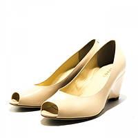 724c3565481bea Элегантные женские туфли на танкетке с открытым носком из кожи бежевого  цвета. Высота танкетки 7