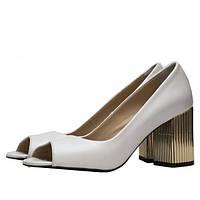Стильные женские кожаные туфли белого цвета с открытым носком на устойчивом каблуке. Высота каблука 7,5 см.