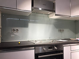 Сатиновый стеклянный фартук на кухне