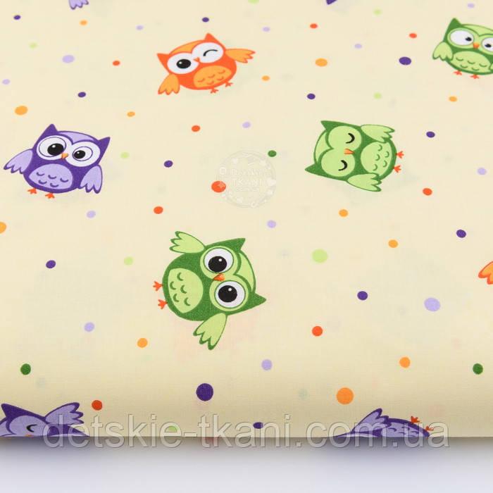 Польская хлопковая ткань с маленькими цветными совушками на бежевом фоне, плотность 135 г/м2.