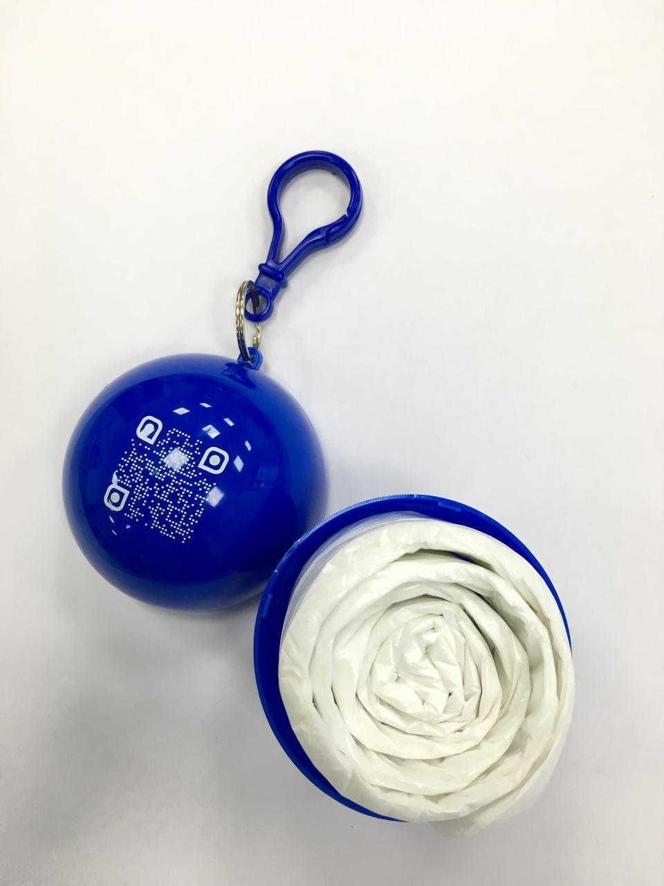 Прозорий синій дощовик у синьому кейсі