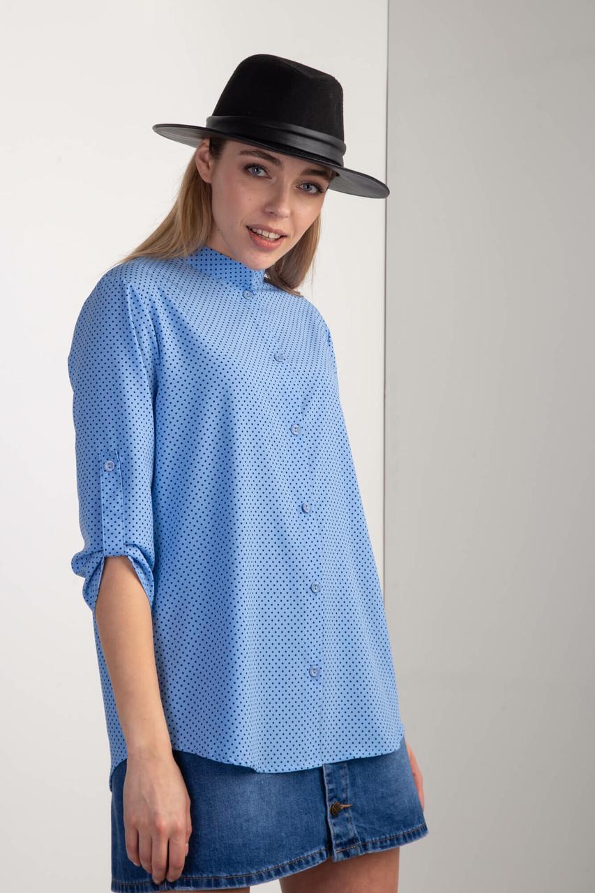 Голубая рубашка EMMA в горох с асимметричным низом и воротником-стойкой