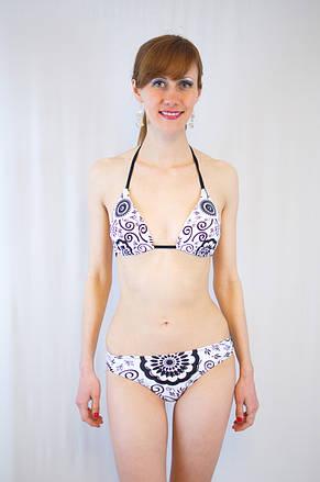 Модный оригинальный раздельный купальник молочного цвета с чашкой с абстракцией и паетками на завязках, фото 2