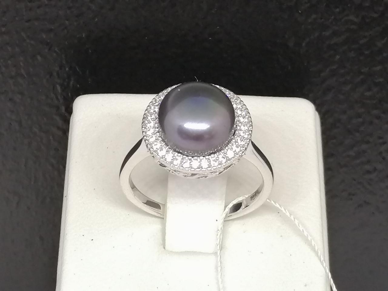 Серебряное кольцо с жемчугом и фианитами. Артикул 1560681Ч 18,5