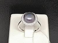 Серебряное кольцо с жемчугом и фианитами. Артикул 1560681Ч 18,5, фото 1
