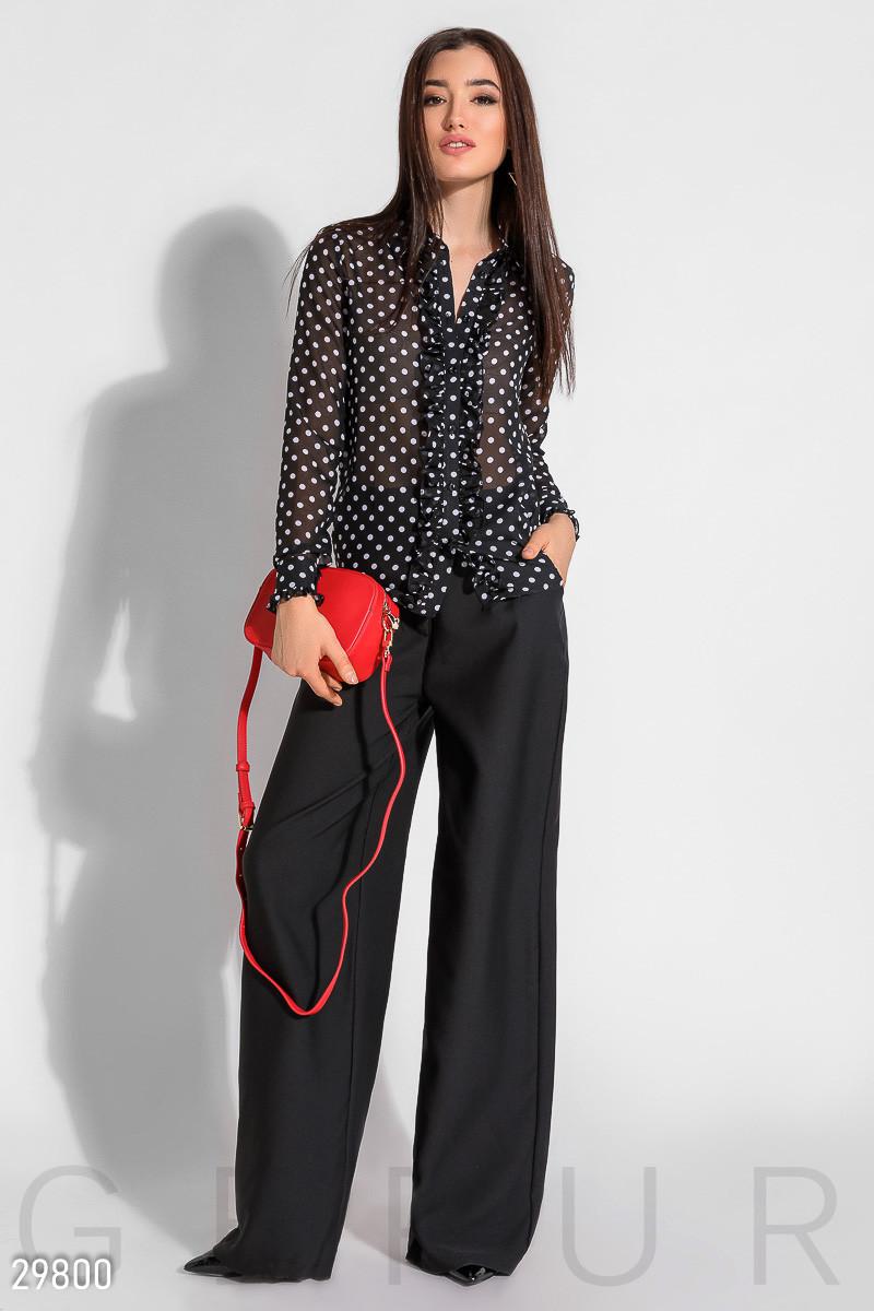 Шелковая блуза в горошек с оборками черная