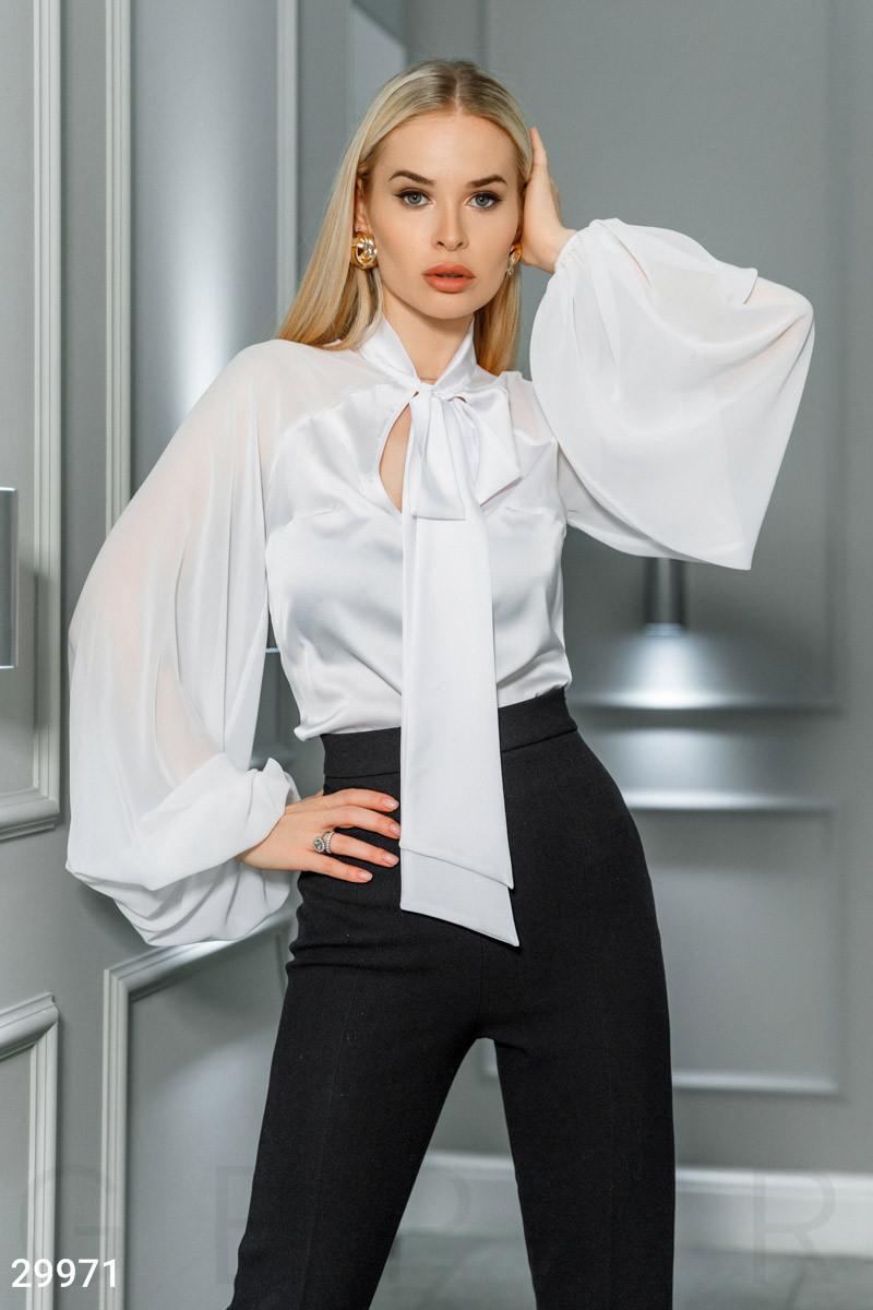 Шифоновая блуза с широкими рукавами и завязками белая