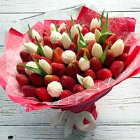 """Букет из клубники с конфетами и цветами """"Белый тюльпан"""""""