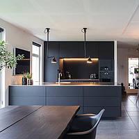 Графитовая кухня с мдф фасадами alvic (Испания) с скрытыми ручками черного цвета