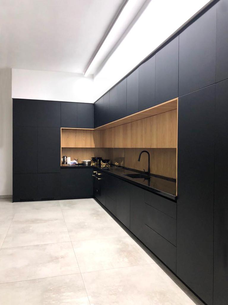 Черная кухня с мдф фасадами alvic (Испания) и системами blum tip-on