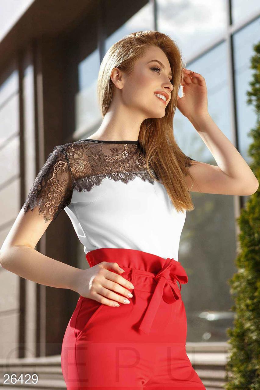Легка біла блуза зі вставками з гіпюру