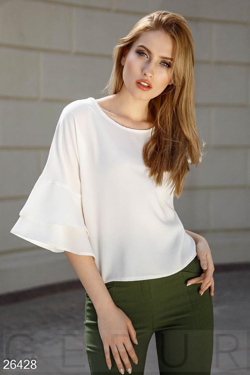 Блуза молочного цвета с рукавами с воланами