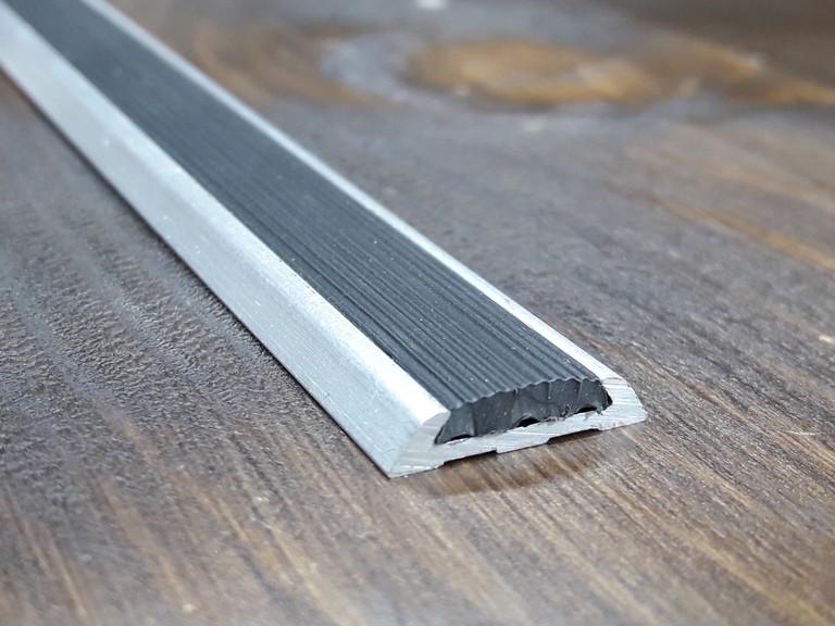 Порожек (узкий) с противоскользящей резиновой вставкой. Длина 3м